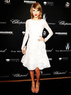 Ungewöhnlich brav im weißen Spitzenkleid: Sängerin Taylor Swift.