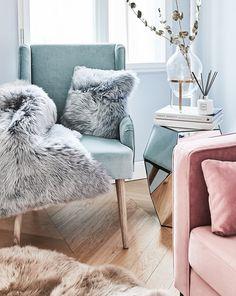 Jeder hat ihn – einen ganz persönlichen Lieblingsort in der eigenen Wohnung, an den man sich zurückziehen kann, um zu entspannen, zu sich zu kommen und neue Energie zu tanken. Oft ist es ein gemütlicher Sessel, wie der Sessel Robin, der einem das Gefühl von Geborgenheit und Zufriedenheit vermitteln kann. Für zusätzlichen Komfort sorgen kuschelige Kissen und Felle! // Wohnzimmer Ideen Sessel Sofa Beistelltisch Deko Fell Vase Zweige #WohnzimmerIdeen #Sessel