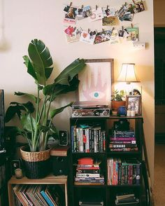 home decor 2018 Looking for the best fashion and design tips From retro, vintage, and modern. All these kind of styles can perfectly fit in this incredible era, and nowadays too. Retro Interior Design, Bohemian Interior Design, Vintage Nursery Boy, Bookshelves In Bedroom, Bookshelf Ideas, Shelving Ideas, Retro Home Decor, Decoration, Room Inspiration