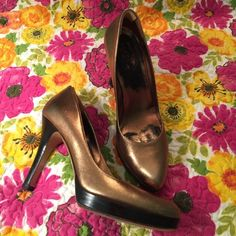 GUCCI authentic Gold Metallic High Heels 8.5 Serial # 171372.     Good/great pre owned condition. No major flaws. Gorgeous tone of Gold  true to size. Gucci Shoes Heels