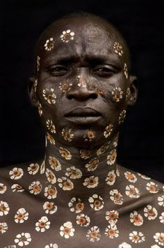 Body decoration in the Omo Valley, Ethiopia, from Surma, Faces and Bodies by Benoit Féron, 2007 . Black Is Beautiful, Beautiful World, Beautiful People, Cultures Du Monde, World Cultures, Foto Portrait, Portrait Photography, Human Photography, Underwater Photography