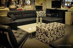 Juego de Sala en negro con ottoman y cojin decorativo en estampado Layout, Black Sofa, Sweet Home, Couch, Furniture, Home Decor, Interior Stone Walls, Accent Pillows, Fire Places