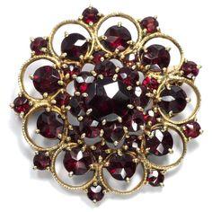 Eine prächtige Blüte - Vintage Brosche aus böhmischen Granaten in vergoldetem Silber, 1970er Jahre von Hofer Antikschmuck aus Berlin // #hoferantikschmuck #antik #schmuck #antique #jewellery #jewelry