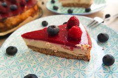 New York Cheesecake mit Beeren-Glasur – das klingt nicht nur köstlich, es schmeckt auch so! Dieses Rezept ist vegan, glutenfrei & auf Wunsch ohne Soja.