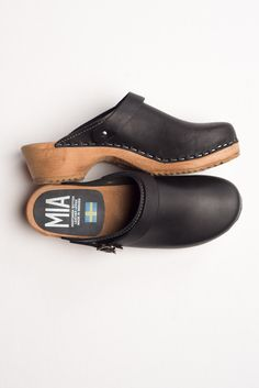 new product d1fed 3c3dd Black Leather Alma Clog. Zapatos BonitosSandalias De MaderaCuero Negro