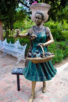Vendedora de Rosas - Estatua del Jardin de San Marcos