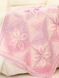 copertine di lana ai ferri - Una copertina per neonata ai ferri rosa con i fiori