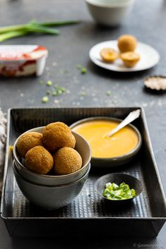 Chili-Cheese-Chickenballs mit Chili-Cheese-Dip Chili Cheese Dips, Chicken Balls, World Recipes, Soul Food, Finger Foods, Food And Drink, Pudding, Vegan, Cooking