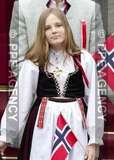 Princesse Ingrid-Alexandra, 17 mai 2017, Assiste au défilé des enfants durant la fête nationale norvégienne (Asker, Norvège) 17 Mai, Platinum Blonde, Duchess Kate, Descendants, Royal Families, Traditional Outfits, Norway, Children, Queens