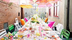 ikea...lovely terrace for lunch...all together!  Tavola apparecchiata con tessuti dai colori vivaci, fiori, piatti e ciotole.