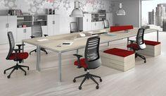 Esta mesa en línea con tonos claros es ideal para trabajar en grupo. Es básica, bonita y funcional.