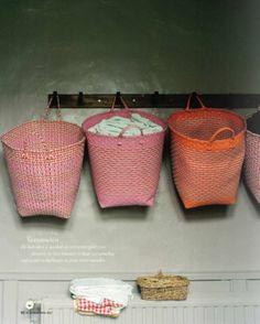 Mooi en praktisch opbergen met deze kleurige manden aan de kapstok.