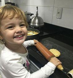 Ama colocar a mão - literalmente - na massa  . #yummi #cozinhando #cozinha #cooking #cookingtime #delicia #cozinheira #chef #vidareal #maedemenina #coisasdemae #maternidade #mom #kids #instakids #gratidaosempre #kidsofinstagram #criancanacozinha #quiche #amo #love #receita #smile #sorriso #boanoite #instafood by rperinotti http://ift.tt/25pLwdu