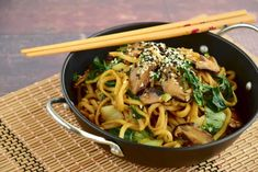 Kip kerrie noodles recept met paksoi - Mamaliefde Japchae, Noodles, Spaghetti, Curry, Food And Drink, Pasta, Snacks, Vegan, Cooking