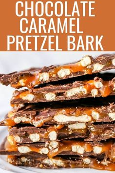 Chocolate Caramel Pretzel Bark An easy homemade chocolate candy treat made with homemade salted caramel salty pretzels and creamy milk and semi-sweet chocolate The perfect salty sweet combination chocolatebark pretzelbark chocolatepretzelbark Chocolate Caramels, Chocolate Recipes, Chocolate Candies, Chocolate Covered Pretzels, Pretzel Caramel Chocolate, Homemade Chocolate Bark, Caramel Treats, Salted Caramel Brownies, Caramel Candy
