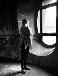 Atelier Robert Doisneau | Galeries virtuelles des photographies de Doisneau - Liane Daydé dans la rotonde de l'Opéra, Paris 1950
