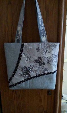 Diy bags 535295105705384280 - Pircsi táskái Source by BorgmannsCreations Sacs Tote Bags, Quilted Tote Bags, Denim Tote Bags, Denim Purse, Patchwork Bags, Tote Purse, Crazy Patchwork, Sac Vanessa Bruno, Sac Week End