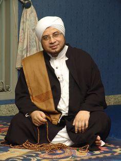Foto Habib Munzir Islamic Art, Islamic Quotes, Self Reminder, Islamic Pictures, People Of The World, Quran Quotes, Picture Quotes, Muslim, Dan