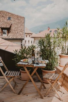 Apartment Style: Small Patio Inspiration - Hither & Thither Design Hotel, Furniture Decor, Outdoor Furniture Sets, Furniture Online, Casa Hotel, Balkon Design, Outdoor Spaces, Outdoor Decor, Outdoor Living