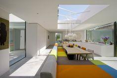 Niet qua kleur en modernisme, maar de bank bij de tafel die doorloopt in een chaise longue is een goed idee