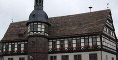 Höxter (Nordrhein-Westfalen): Höxter ist eine Kleine Mittelstadt mit etwa 30.000 Einwohnern in Nordrhein-Westfalen und Kreisstadt des Kreises Höxter, der zum Regierungsbezirk Detmold gehört. Als ein Standort der Hochschule OWL ist Höxter Hochschulstadt. Die Stadt liegt an der Weser im Zentrum des Weserberglands und wird zur Region Hochstift Paderborn gerechnet. Historische Ortsnamen von Höxter sind Hoxer und Huxaria.  Das bei Höxter liegende Kloster Corvey wurde im Juni 2014 von der UNESCO…