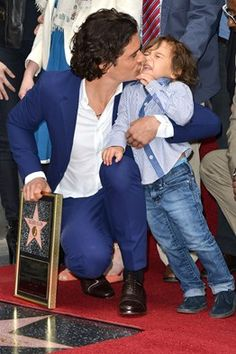 How cute is this?!?!? Orlando Bloom with his son Flynn. Congrats to Orlando for getting a star on the Hollywood Walk of Fame!