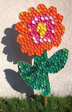 Fleur en bouchons plastiques récupérés par les enfants