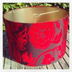 Prachtige luxe hanglamp van auberginekleurige taft met flockrpint van rode bloemen (stof van Designers Guild) met glanzend gouden binnenkant (doorsnede 45, hoogte ca. 30)