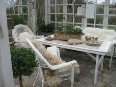 wintergarten rattanmöbel fellauflagen topfpflanzen