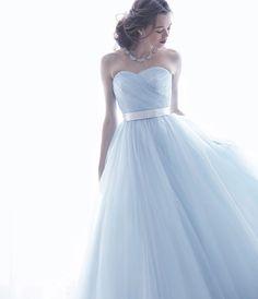 No. DBC-054 -上級者オシャレを引き立てるホリゾンブルーのカラードレス。スモーキーカラーで透明感たっぷりのミューズを実現。