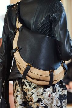 Altuzarra Fall 2019 Ready-to-Wear Collection - Vogue Fall Handbags, Cute Handbags, Handbags On Sale, Fashion Bags, Fashion Accessories, Fashion Trends, Fall Fashion, Trendy Fashion, Coco Chanel