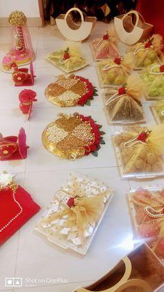 Indian Wedding Gifts, Creative Wedding Gifts, Desi Wedding Decor, Wedding Crafts, Bridal Gift Wrapping Ideas, Wedding Gift Baskets, Wedding Gift Boxes, Wedding Plates, Engagement Decorations