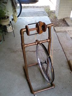 DIY spinning wheel, made from a bicycle wheel, PVC pipe, and a ready-made bobbin and flyer! I want to make a spinning wheel for bulky yarn Diy Spinning Wheel, Spinning Wool, Hand Spinning, Spinning Wheels, Pimp Your Bike, Bicycle Wheel, Bicycle Parts, Pvc Projects, Art Du Fil