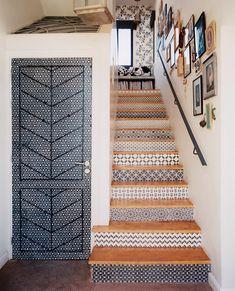 Escada estampada. Veja: https://casadevalentina.com.br/blog/detalhes/inspiracao-diy--escada-estampada-2831 #details #interior #design #decoracao #detalhes #decor #home #casa #design #idea #ideia #charm #charme #escada #casadevalentina #diy #facavocemesmo