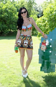 The boho-chic and laid-back styles of Coachella rival the headliners of the music festival. Check out all of the best fashions as seen on Vanessa Hudgens, Kate Bosworth, Katy Perry and Festival Looks, Disfraz Katy Perry, Katy Perry Birthday, Katy Perry Fotos, Daisy, Famous Singers, Famous Artists, Festival Fashion, Elegant Woman