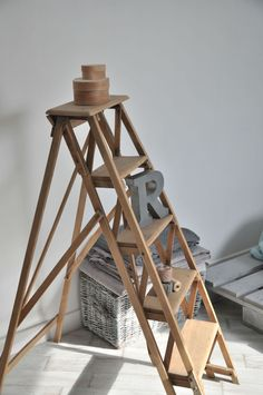 Stepping up on pinterest library ladder ladder and old - Vieille echelle bois deco ...