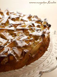 """Schon längst gebacken, aber bisher noch unverbloggt ist dieses Kuchenrezept. Da ich inzwischen schon über einige deutschsprachige Varianten gestolpert bin, bin wohl nicht die einzige, die sich vom Rezept angesprochen gefühlt hat. :-)    Diese Szarlotka (oder """"Apple Sharlotka"""", wie Deb aus smitten kitchen, wo ich das Rezept entlehnt habe, schreibt) ist nämlich eines der supersimpelsten Apf ..."""