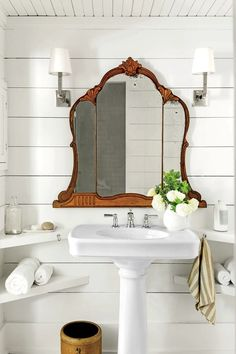Looking for a small bathroom remodel ideas? Don't worry, we show some of our favorite small bathroom remodel ideas that really work. Get ready to have a small bathroom that looks twice bigger than its original size with Woodoes team! Modern Farmhouse Bathroom, Modern Farmhouse Style, Farmhouse Style Decorating, Farmhouse Decor, Vintage Farmhouse, White Farmhouse, Country Bathrooms, White Cottage, Vintage Country