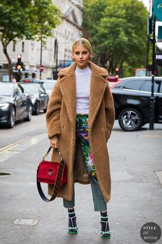 fashion / fashion week / style / street style / sock with sandals / camel coat / red bag / floral pants / trending London Fashion Week Street Style, Spring Street Style, Street Chic, Street Style Women, Street Styles, Paris Street, Milan Fashion, Street Fashion, Look Fashion