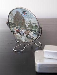 Miroir biseauté rond provenant de Chine, à poser ou à suspendre.  Scéne hivernale au recto.