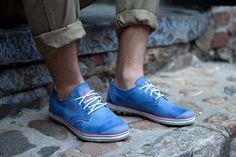 Bonitas zapatillas azules para estar fresquito en el veranito. / Beautiful blue sneakers to be cool in the summer.