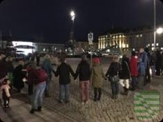 Dresden: Etwa 13 000 Menschen reihten sich heute, am 13. Februar, in die Menschenkette um die Dresdner Innenstadt ein, zu der Dresdens Oberbürgermeister Dirk Hilbert zusammen mit Kirchen, Institutionen, Vereinen und Initiativen aufgerufen hatte. Hand in Hand erinnerten die Teilnehmerinnen und Teilnehmer an die Zerstörung Dresdens vor 71 Jahren und setzten ein weit sichtbares Zeichen des Miteinanders für eine weltoffene, tolerante Stadt.