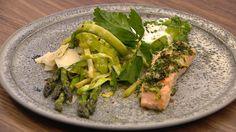 Lakse-gremolata, grillede, grønne asparges, kålpasta og skyr-dip