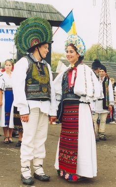Romanian Folk Dances and Costumes Traditional Dress For Boy, Traditional Art, Traditional Outfits, Costumes Around The World, Festivals Around The World, Romania People, Romanian Girls, The Beautiful Country, Folk Costume