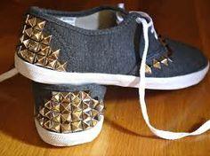 Mira que lindo y tan fácil de hacer Solo debes buscar  unas zapatillas y agregarle tu toque personal o en este Caso Tachas! ;)