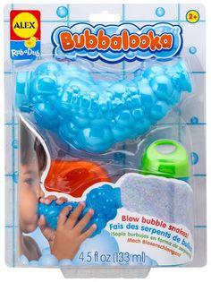 Machine à bulles pour le bain . Souffle dans la machine et fais de longs serpents en bulles ! Quelle longueur atteindra le serpent ? Chaque bain devient un nouveau challenge ! Contient : une machine à bulles, une solution à savon et un support avec ventouses pour la solution. Âge minimum : à partir de 2 ans. Apports éducatifs : Manipuler, manier. Ce produit a obtenu un Toy Insider Award. Dimensions du produit seul : 20,2 x 7,3 x 26,6 cm.