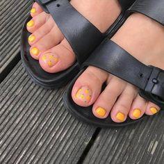 ไอเดียเพ้นท์เล็บเท้าสดใส ดูเซ็กซี่ขี้เล่นแบบสาวเกาหลี IG ddowa_nail Toe Nails, Manicure, Nail Polish, Nail Art, Feet Nails, Nail Bar, Toenails, Nails, Nail Polishes