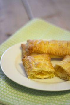 Kaasbroodjes Tijd: 30 min. Recept voor 2 kaasbroodjes  Benodigdheden:  2 plakjes bladerdeeg (ontdooid) stuk kaas snufje peper/zout evt. 1 ei en andere kruiden zoals bieslook, paprikapoeder
