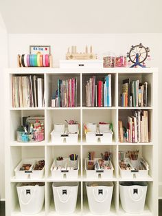 Completed wall with books, crafts, and toy storage. Toy Room Organization, Small Space Organization, Playroom Organization, Office Playroom, Service Design, The Home Edit, Toy Rooms, Kids Rooms, Craft Rooms