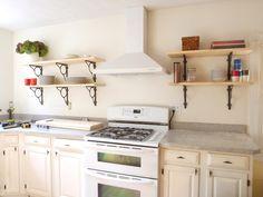 Cocina con estanterías escuadra de madera